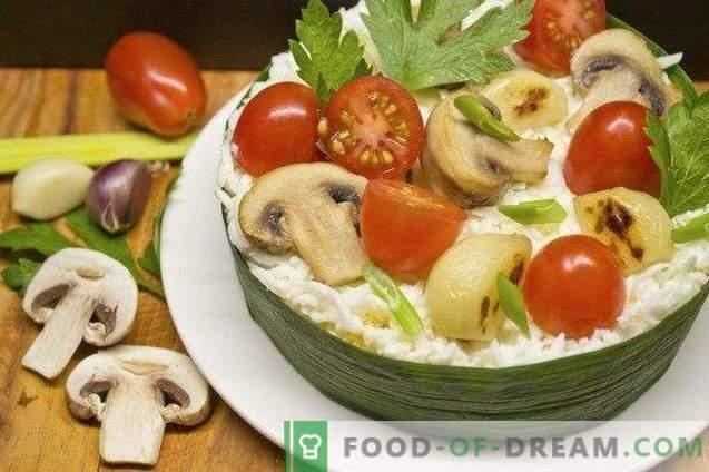 Šventinės salotos su sūriu ir keptais česnakais