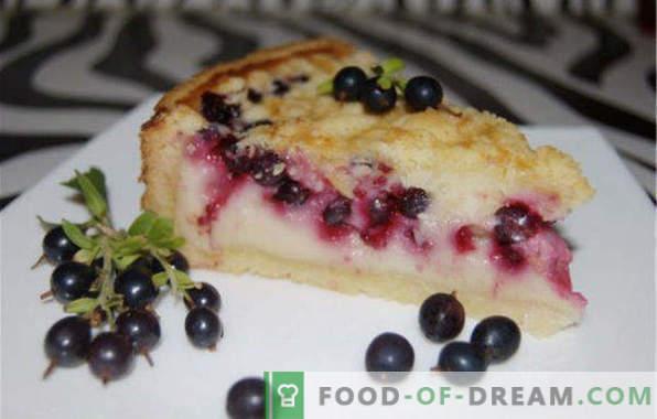 Pyragas su juodaisiais serbentais, raudonas, sušaldytas, su grietine, varškė, lėtoje viryklėje