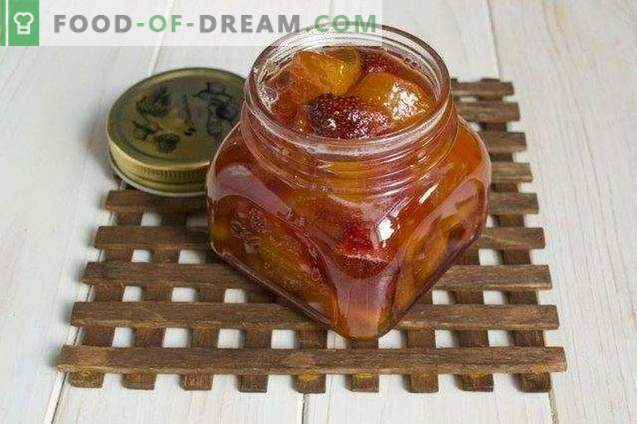 uogų uogienė iš persikų, braškių ir nektarinų