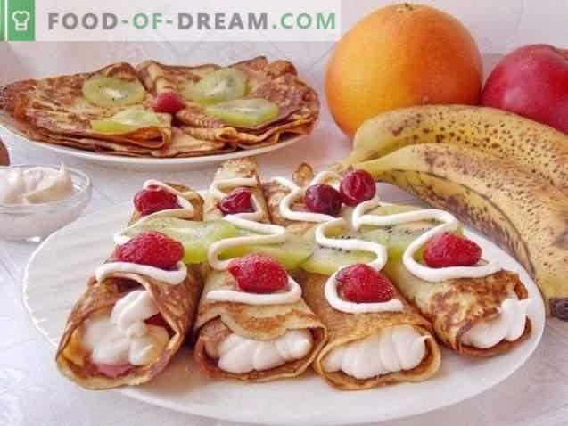 Saldainių blynai kefyre su vaisiais ir plakta grietinėle