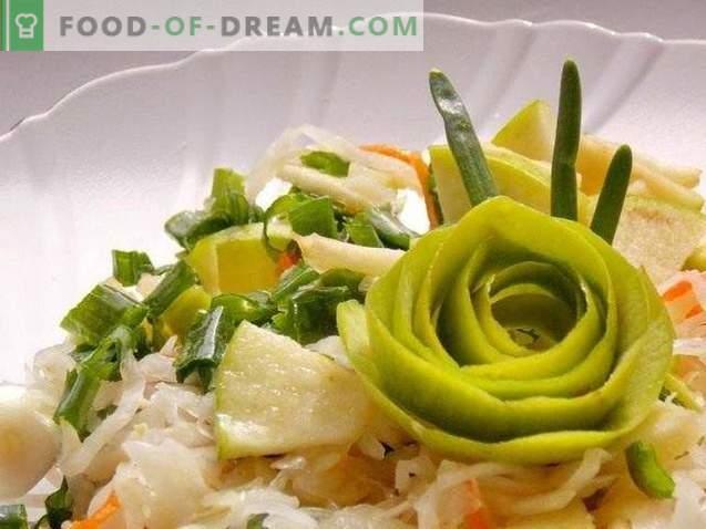 Salată de varză cu măr și ceapă verde