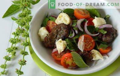 Siltas vistas aknu salāti ir barojoši un veselīgi. Visinteresantākās un neparastākās receptes siltiem salātiem ar vistas aknām