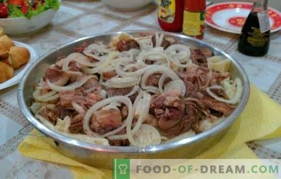 Naminis beshbarmakas - turkų tautos patiekalas. Beshbarmak namuose su ėriena, uogos, kalakutiena, kiauliena