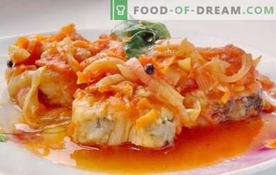 Pagrindinis patiekalas yra menkės pagal marinatą. Minkštos ir sultingos menkės receptai po marinatu orkaitėje ir lėtai viryklėje