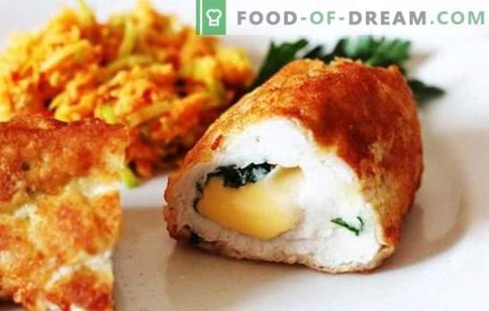 Skaldyti ir natūralūs vištienos ritiniai su įvairių veislių sūriu. Vištienos ritiniai su sūriu ir slyvomis, džiovinti abrikosai, šoninė